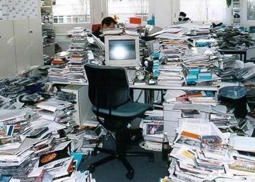 messy-office-03.jpg (44939 bytes)